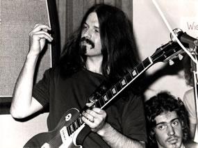 1968 entdeckte Roland seine grosse Leidenschaft für die Gitarre.